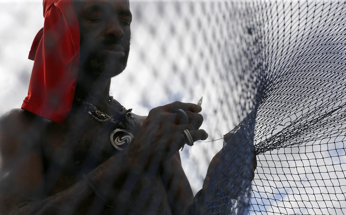 A pesca é feita com redes que precisam ser constantemente remendadas.