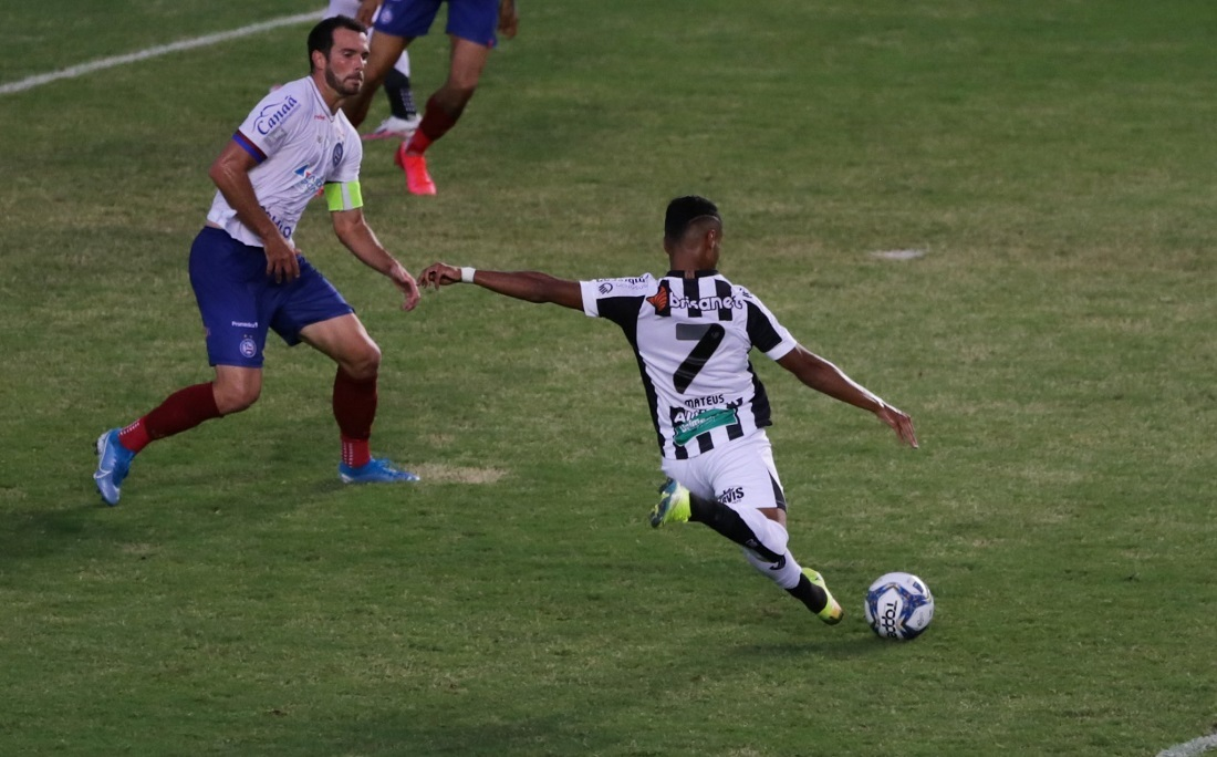 Fernando Sobral vence a defesa do Bahia e balança a rede de Pituaçu