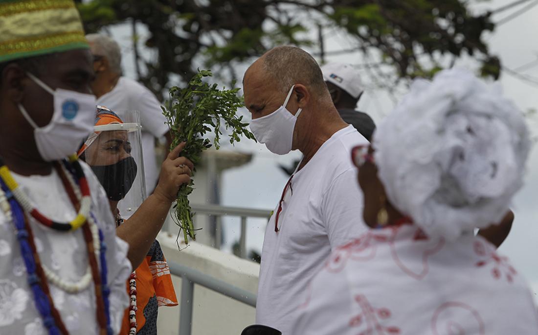 Em São Lázaro, banho de folha na primeira segunda-feira após a liberação das missas durante a pandemia.