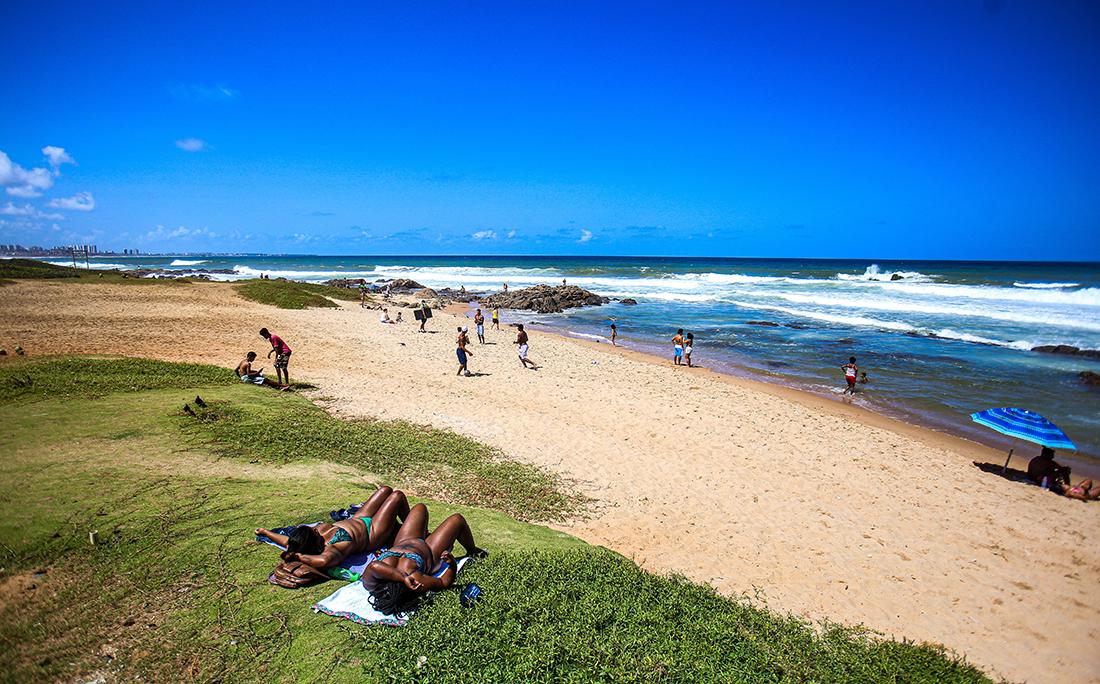 As praias continuam interditadas por decreto municipal.