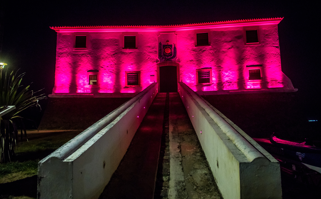 Iluminação do Forte Santa Maria homenageia o Outubro Rosa.