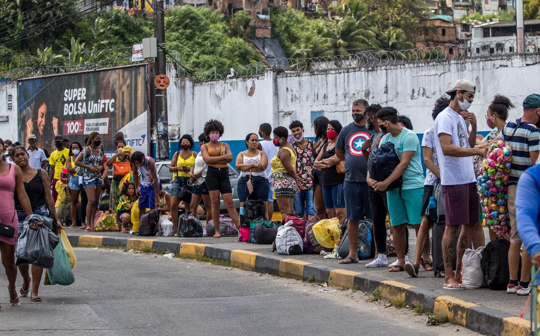 No ferry-boat, a fila de passageiros comuns estava se aproximando da Avenida Engenheiro Oscar Pontes.