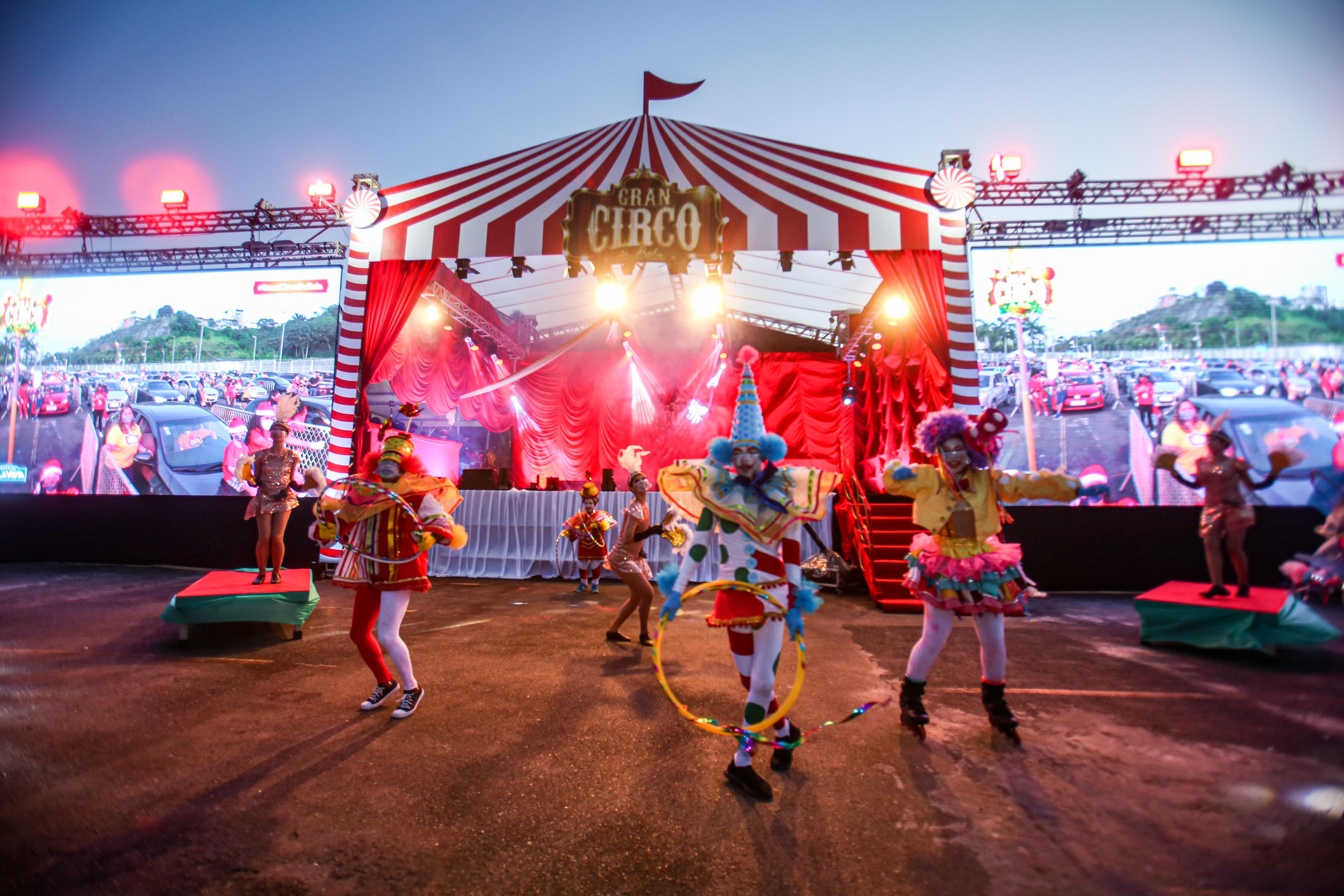 Inauguração da decoração de Natal do Shopping Bela Vista teve circo