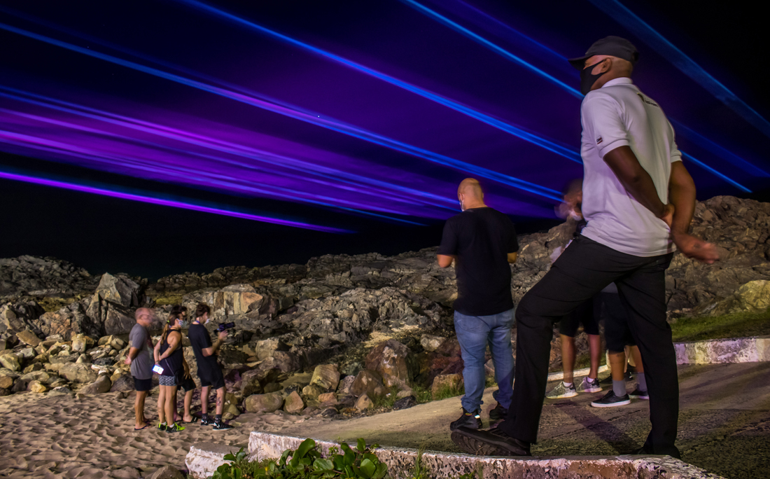 Fãs de Alok, foram ver a ação promovida pelo DJ no Farol da Barra.