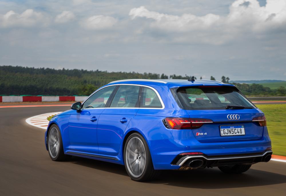 Por dentro, a perua da Audi mescla luxo com esportividade