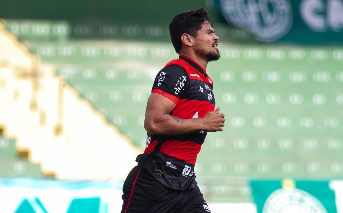 No estádio Brinco de Ouro, Léo Ceará marca duas vezes contra o Guarani