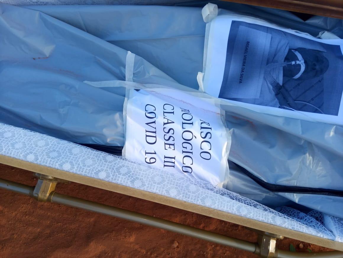 Ao percorrer trecho não pavimentada, caixão caiu sem que motorista da funerária percebesse
