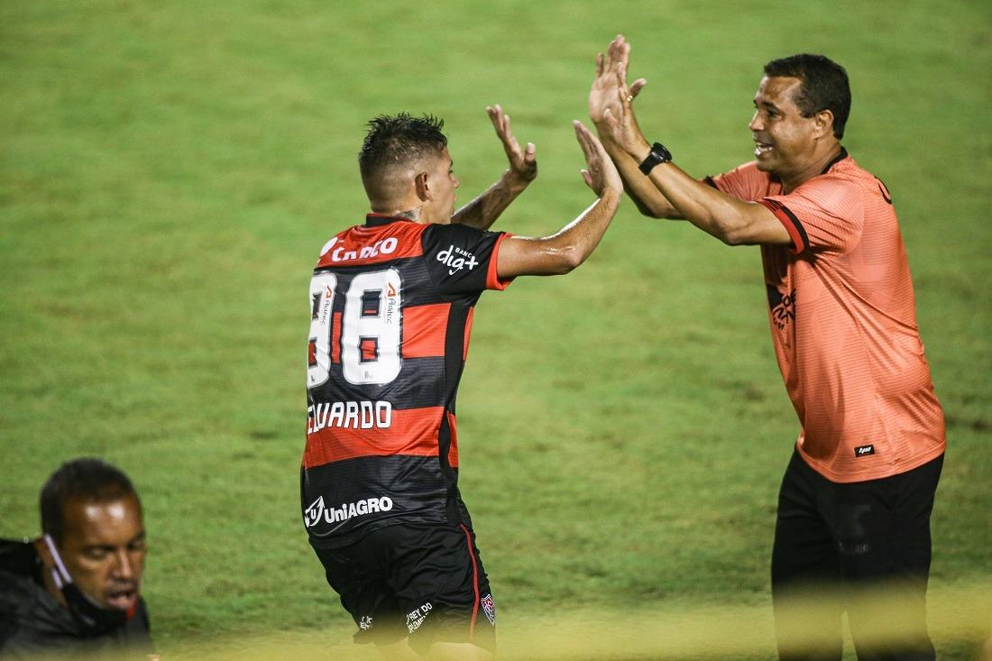 Meia Eduardo comemora com técnico Rodrigo Chagas o triunfo do Vitória contra o Botafogo-SP