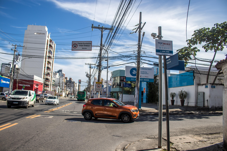 Faixa exclusiva para ônibus com fiscalização eletrônica na Av. Paulo VI, Pituba.