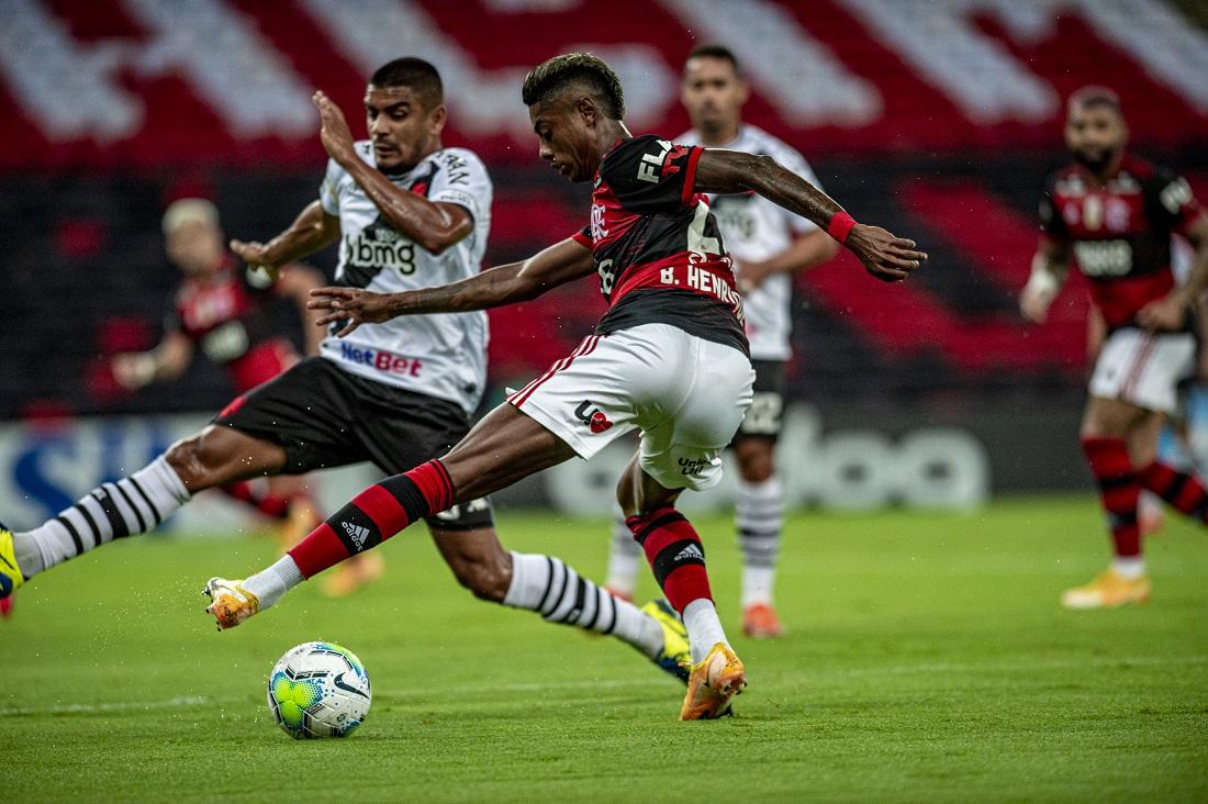Bruno Henrique, do Flamengo diante do vascaíno Léo Matos