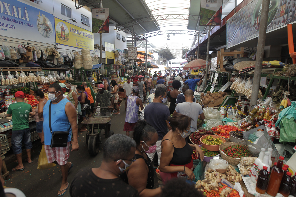 Na Feira de São Joaquim, milhares de pessoas procuravam pelos itens para o tradicional caruru.