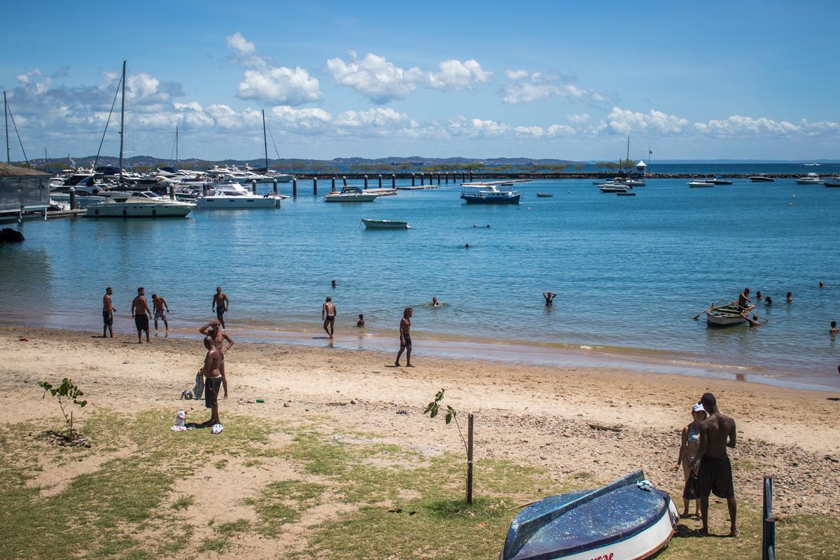 Na Praia da Preguiça também havia pessoas praticando esportes na faixa de areia, o que também não é permitido.