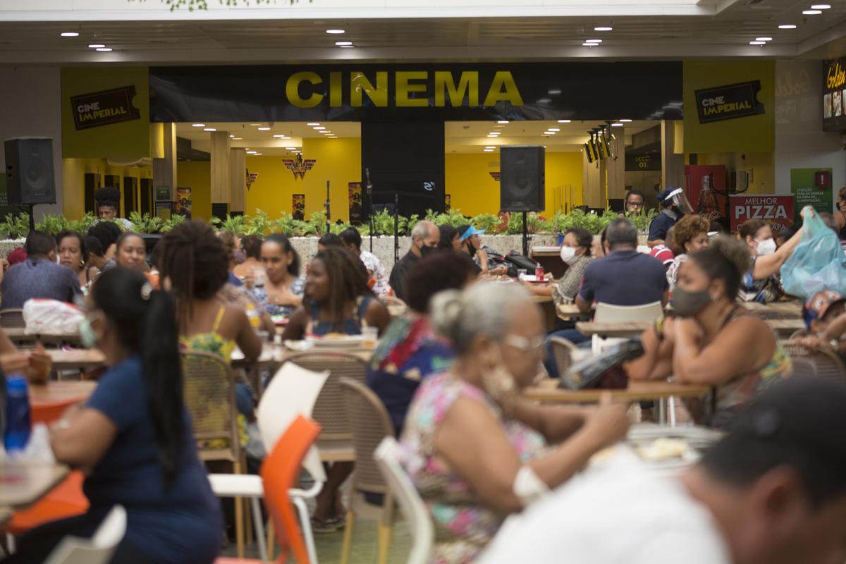 Shoppings de Salvador reabrem com grande movimento após quase um mês fechados por conta dos números elevados da pandemia.