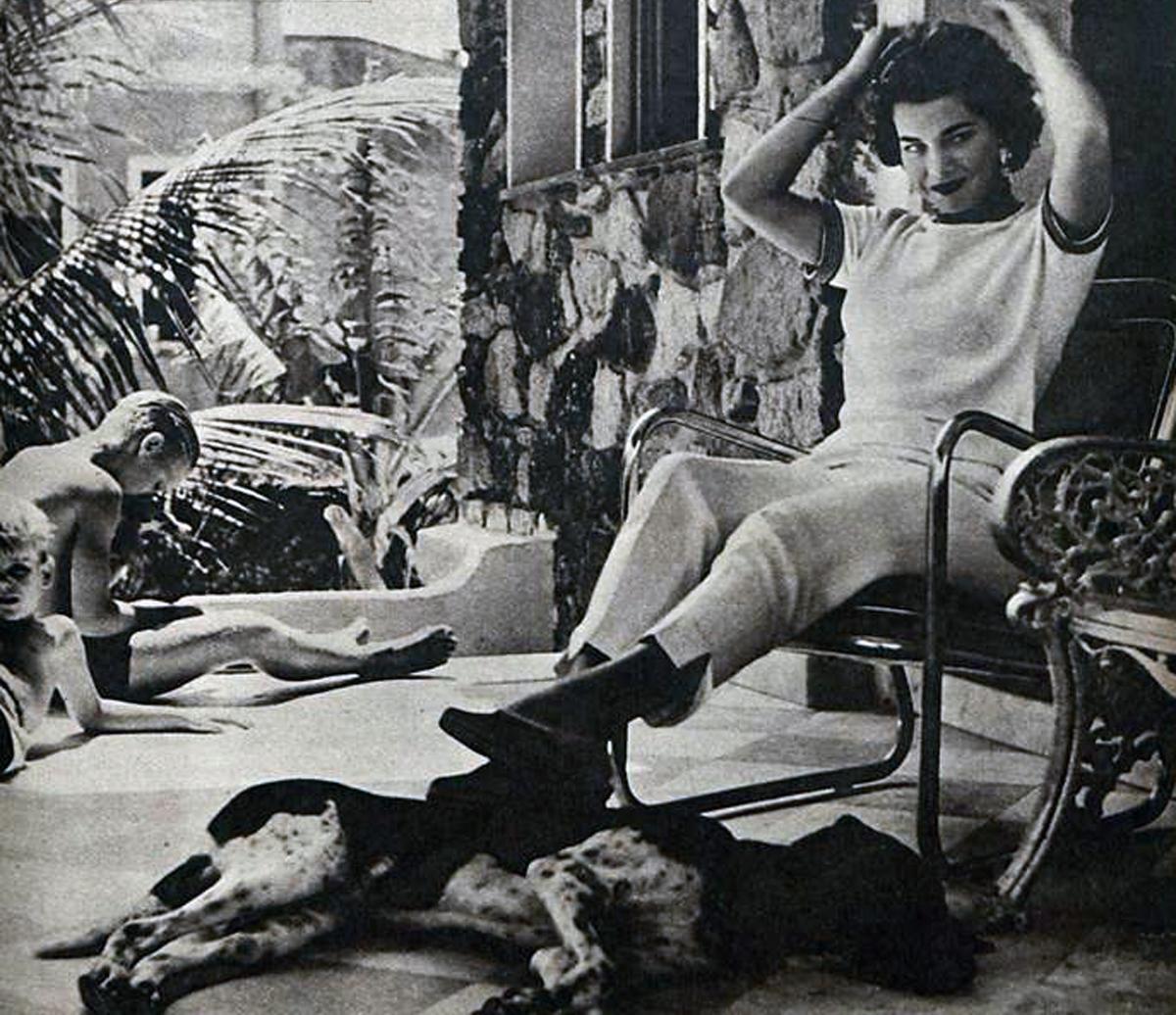 Martha em casa, no bairro da Barra, com seu cachorro Puppy