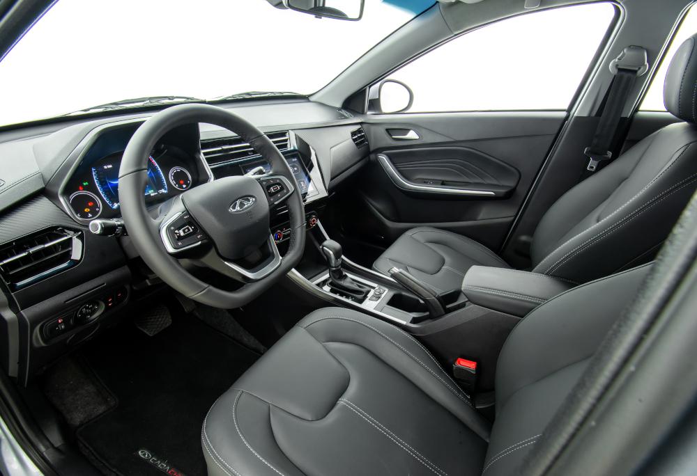 O interior da versão Pro tem acabamento em couro sintético, mas conta com somente dois airbags