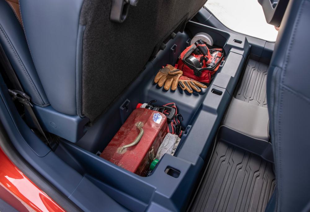 O utilitário tem porta-objetos sob o assento