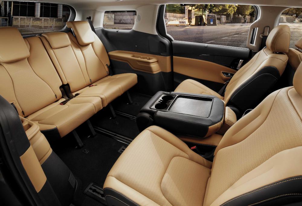 Há espaço para até oito pessoas na minivan da Kia