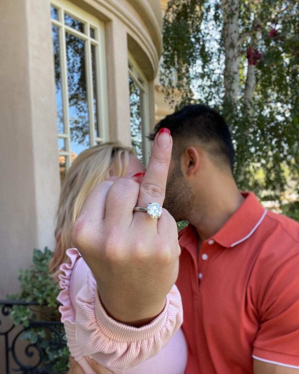 Britney Spears e Sam Asghari anunciaram no Instagram que estão noivos